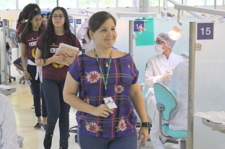 foto-10-alunos-do-colegio-salesiano-do-salvador-conhecem-o-centro-odontologico-com-a-supervisora-lisia-oliveira-20181109172056.JPG