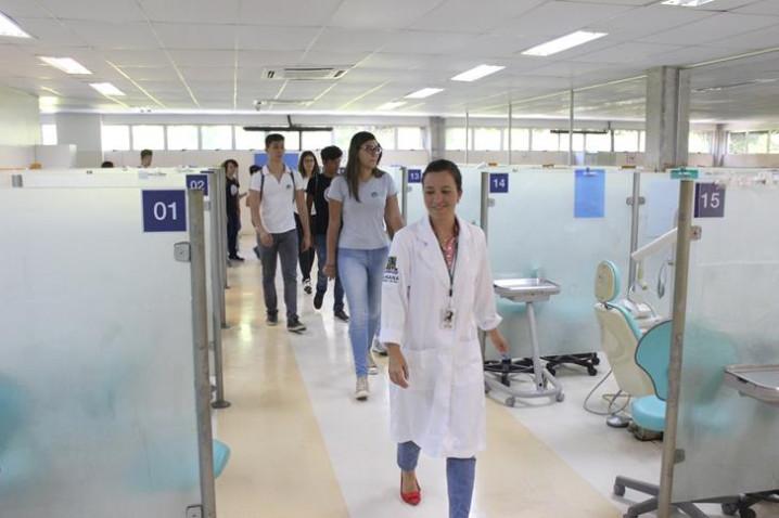 foto-8-alunos-do-colegio-vitoria-regia-conhecem-o-centro-odontologico-com-a-supervisora-mirian-macedo-20181109164731.JPG