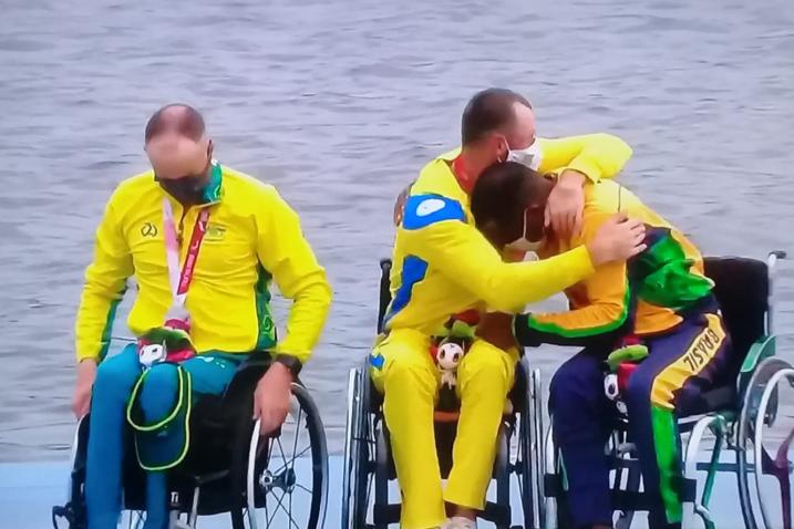 Renê Pereira é abraçado pelos outros competidores - Paralimpíadas Tokyo 2020