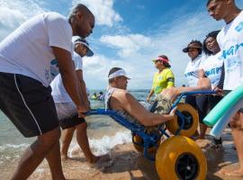 ParaPraia inicia atividades de banho de mar assistido para pessoas com deficiência e mobilidade reduzida