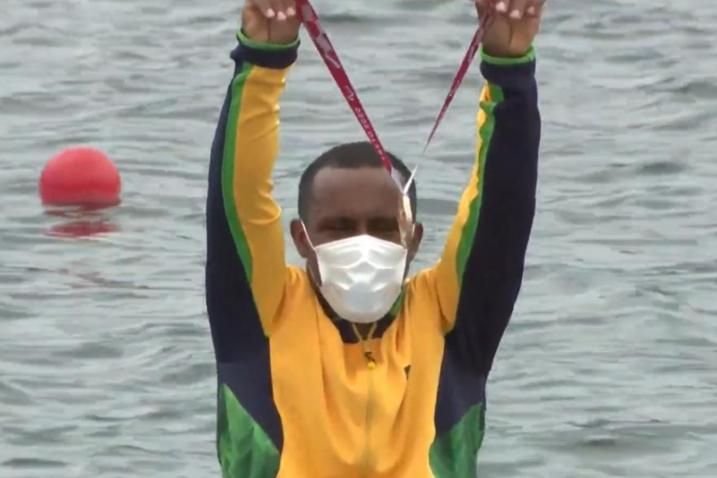 Renê Pereira exibe a medalha de bronze no pódio - Paralimpíadas Tokyo 2020