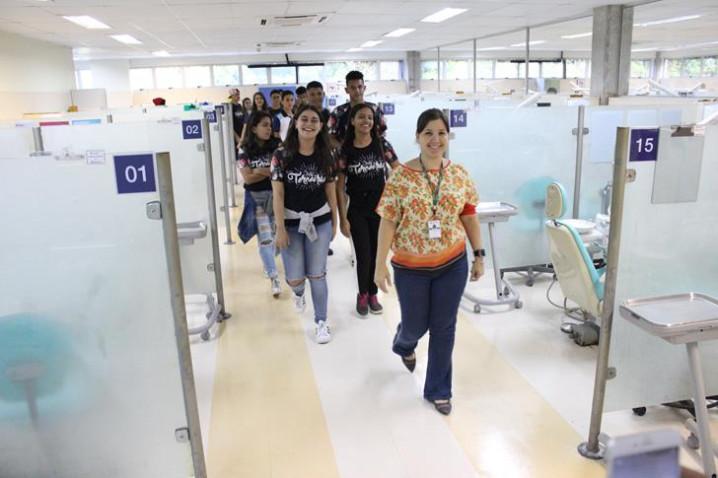 alunos-do-colegio-favo-conhecem-o-centro-odontologico-com-a-supervisora-lisia-oliveira-20180801134950-jpg