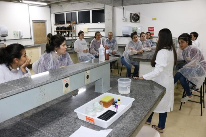 bahiana-atividade-do-curso-de-biomedicina-com-a-biomedica-emily-figueredo-20190916161449-jpg