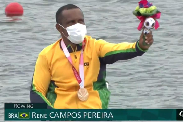 Renê Pereira exibe o mascote das Paralimpíadas Tokyo 2020 no pódio